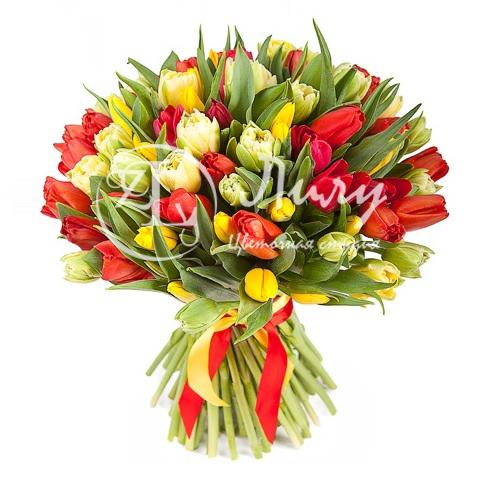 Разноцветный букет из тюльпанов