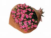 Розовый кустовые розы в крафте